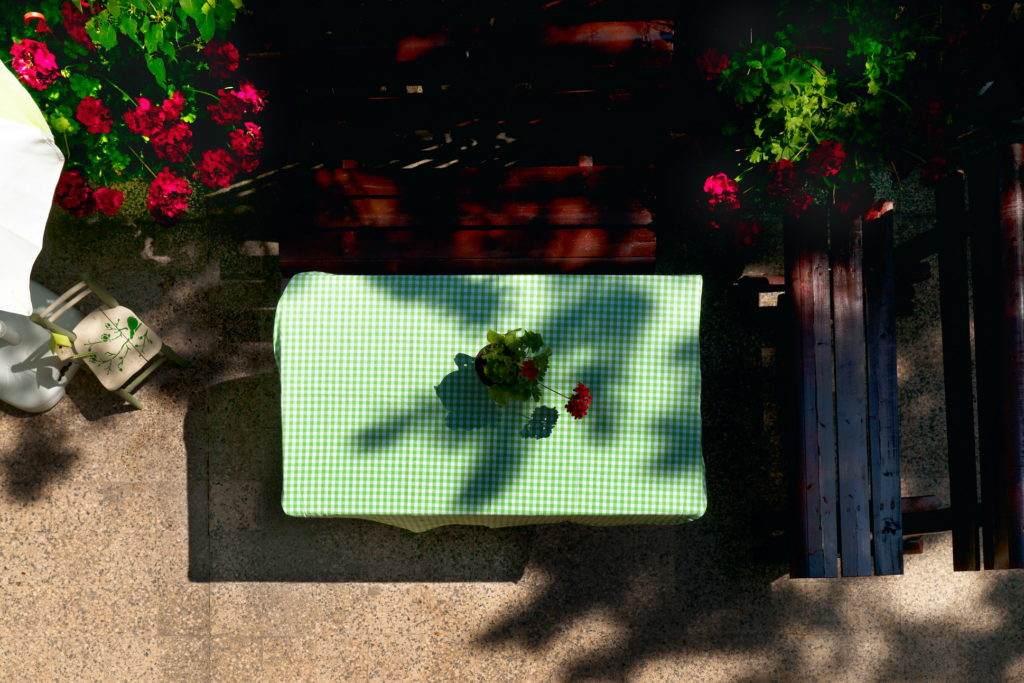 07-Green House Divcibare Kuca Smestaj Apartmani-Velika Teras Ka Jugu Prizemlje Sto I Stolice Odozgo