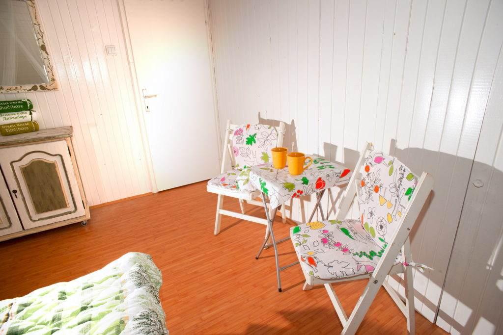 17-Green House Divcibare Kuca Smestaj Apartmani-Sprat Soba Jug StoI Stolice