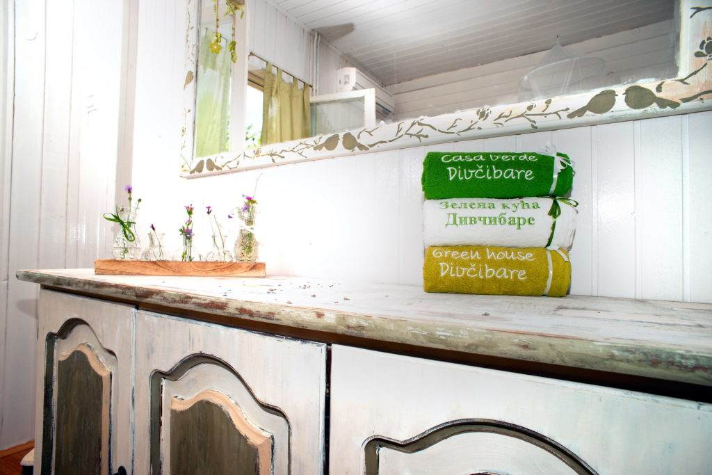 18-Green House Divcibare Kuca Smestaj Apartmani-Sprat Soba Jug Komoda Sa Peskirima