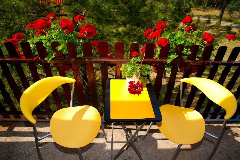 24-Green House Divcibare Kuca Smestaj Apartmani-Sprat Soba Sever Stolice Na Terasi Odozgo